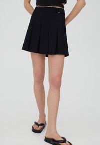 PULL&BEAR - MIT KELLERFALTEN UND SCHNALLE - Pleated skirt - black - 0