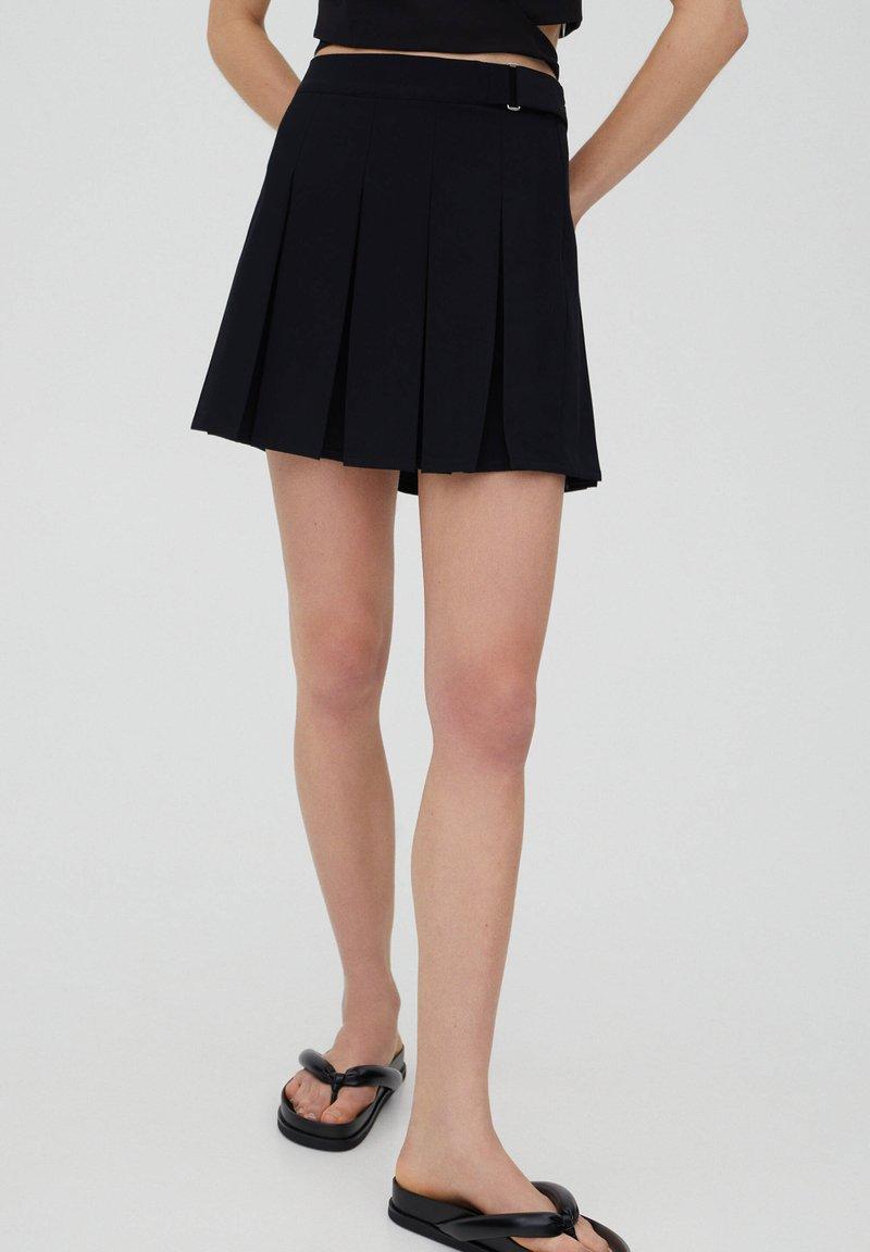 PULL&BEAR - MIT KELLERFALTEN UND SCHNALLE - Pleated skirt - black