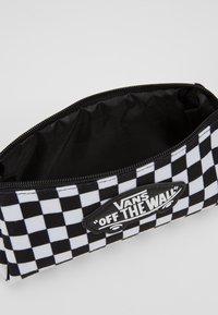 Vans - UY OTW PENCIL POUCH BOYS - Pencil case - black white check - 5