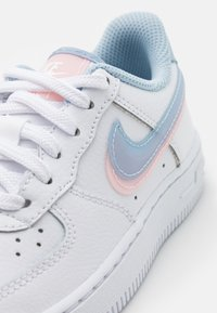 Nike Sportswear - FORCE 1 LV8  - Baskets basses - white/light armory blue/arctic punch