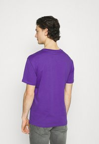 New Balance - ESSENTIALS EMBROIDERED TEE - T-shirt - bas - prism purple - 2