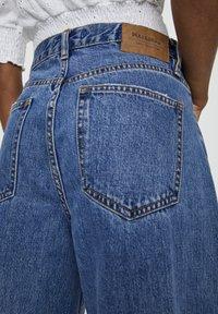 PULL&BEAR - MIT ZIERRISSEN - Flared Jeans - dark blue - 4