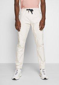 Tommy Jeans - SCANTON JOGGER DOBBY PANT - Pantalon de survêtement - light silt - 0