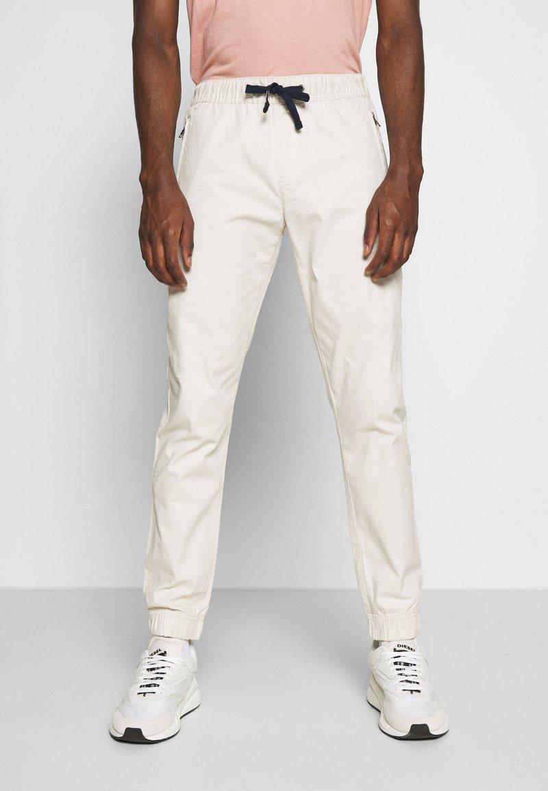 Tommy Jeans - SCANTON JOGGER DOBBY PANT - Pantalon de survêtement - light silt