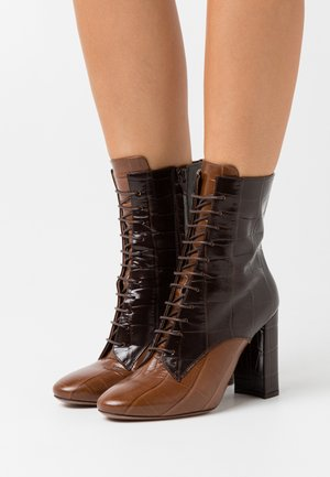 ZIP BOOT - Stivaletti con tacco - cognac/dark brown