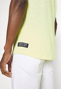 TOM TAILOR DENIM - TEE WITH BACKPRINT - Basic T-shirt - cream yellow melange - 3