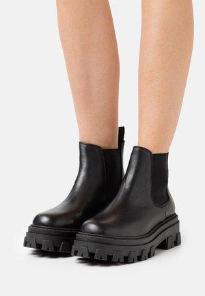ASSURE CHUNKY CHELSEA BOOT - Enkellaarsjes met plateauzool - black