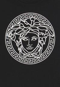 Versace - MAGLIETTA MANICA CORTA - Triko spotiskem - nero bianco - 3