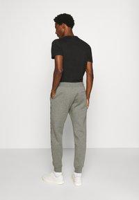 Tommy Hilfiger - BASIC BRANDED - Pantaloni sportivi - grey - 2