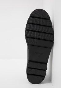 Society - BARLOW APRON DERBY - Šněrovací boty - black waxy - 4