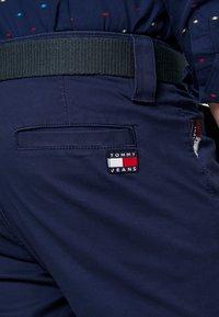 Tommy Jeans - SCANTON DOBBY PANT - Pantalones - black iris - 4