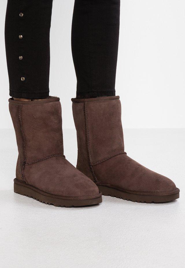 CLASSIC SHORT - Korte laarzen - chocolate