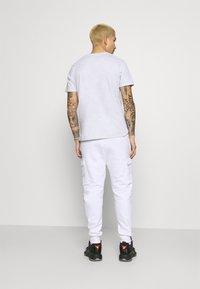Nike Sportswear - COURT PANT - Pantalones deportivos - white - 2