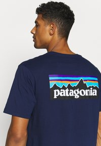 Patagonia - LOGO - Camiseta estampada - classic navy - 5