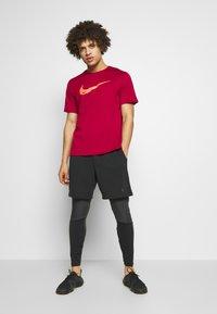 Nike Performance - BREATHE RUN - Camiseta estampada - noble red - 1