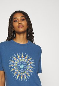 BDG Urban Outfitters - SUN CHANGE TEE - Print T-shirt - navy - 4