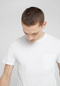 Folk - POCKET ASSEMBLY TEE - T-shirt - bas - white - 3