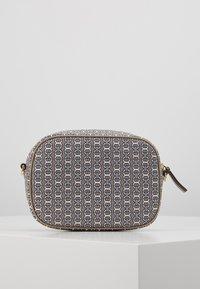 Tory Burch - GEMINI LINK MINI BAG - Across body bag - gray heron link - 3