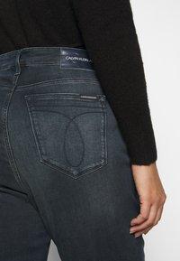Calvin Klein Jeans Plus - HIGH RISE ANKLE - Jeans Skinny Fit - dark-blue denim - 6