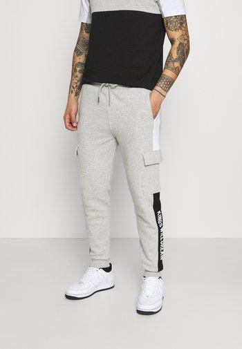 CHAPMAN  - Pantaloni cargo - grey marl/black/white