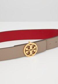 Tory Burch - REVERSIBLE LOGO BELT - Cintura - gray heron/red apple/gold-coloured - 5
