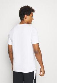 Jordan - AIR CREW - Print T-shirt - white/black - 2