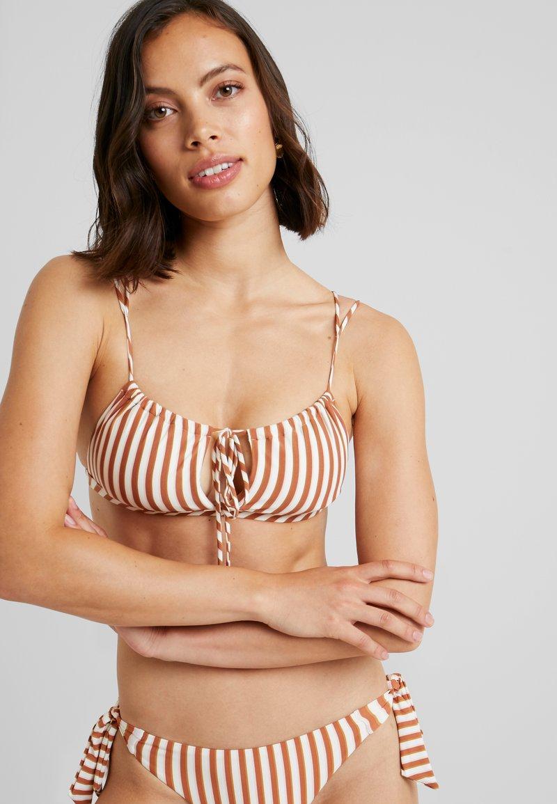 Roxy - SISTERS MOD TRI BRA HAILEY BIEBER - Bikiniöverdel - marshmallow/golden tan