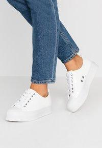 Calvin Klein Jeans - ZOLAH - Sneakersy niskie - white - 0