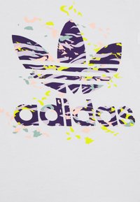 adidas Originals - TREF TEE - T-shirt print - white/purple