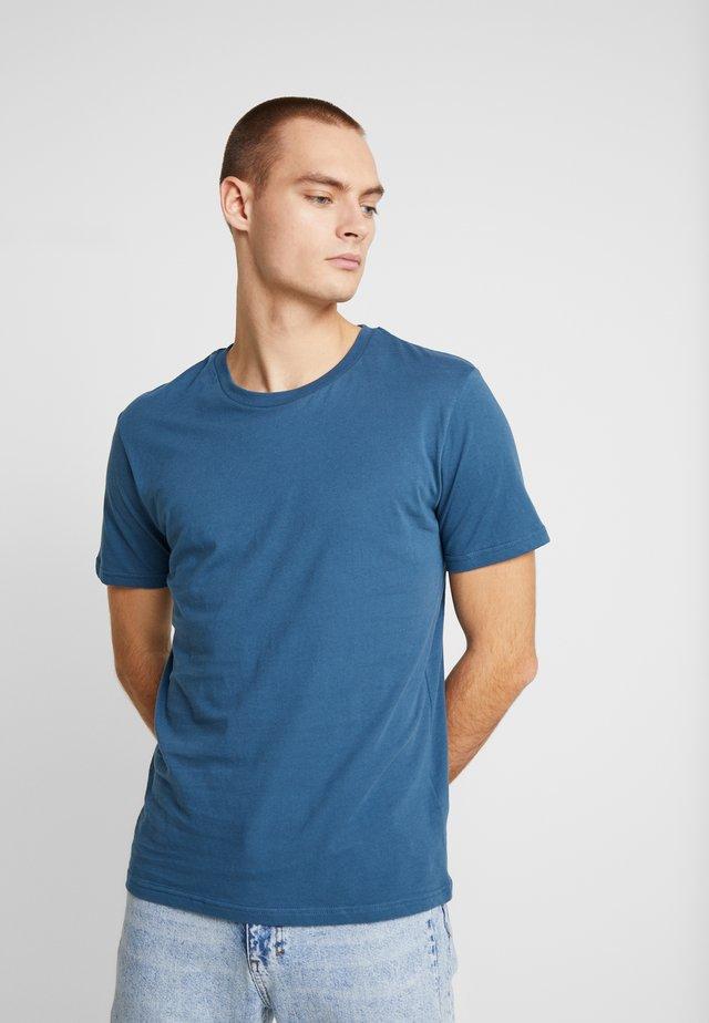 THE ORGANIC TEE BASIC - T-shirts - petroleum blue