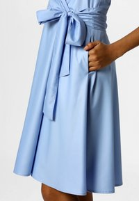 Apart - NECKHOLDER DRESS - Robe d'été - lightblue - 4