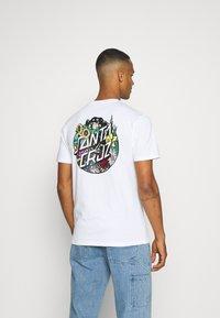 Santa Cruz - UNISEX DRESSEN PUP DOT - Print T-shirt - white - 2