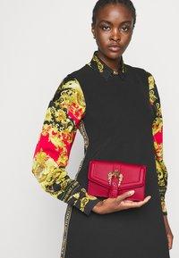 Versace Jeans Couture - COUTURE CHAIN WALLET - Portfel - rosso - 0