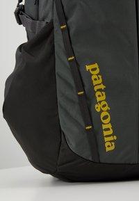 Patagonia - REFUGIO PACK 28L - Plecak - forge grey/green - 10