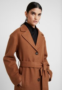 KIOMI - Classic coat - dark brown/camel - 3