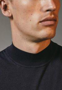 Massimo Dutti - MIT GERIPPTEM STEHKRAGEN - Sweatshirt - grey - 4
