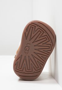 UGG - JORIE - Baby shoes - chestnut - 5
