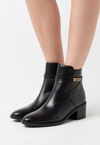 Tommy Hilfiger - BLOCK BRANDING MID BOOT - Classic ankle boots - black - 0