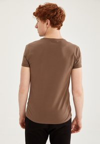 DeFacto Fit - MUSCLE FIT - T-shirt - bas - brown - 2
