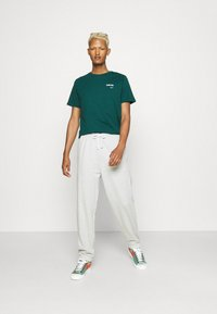 Levi's® - HOUSEMARK GRAPHIC - T-shirt basique - forest biome - 1