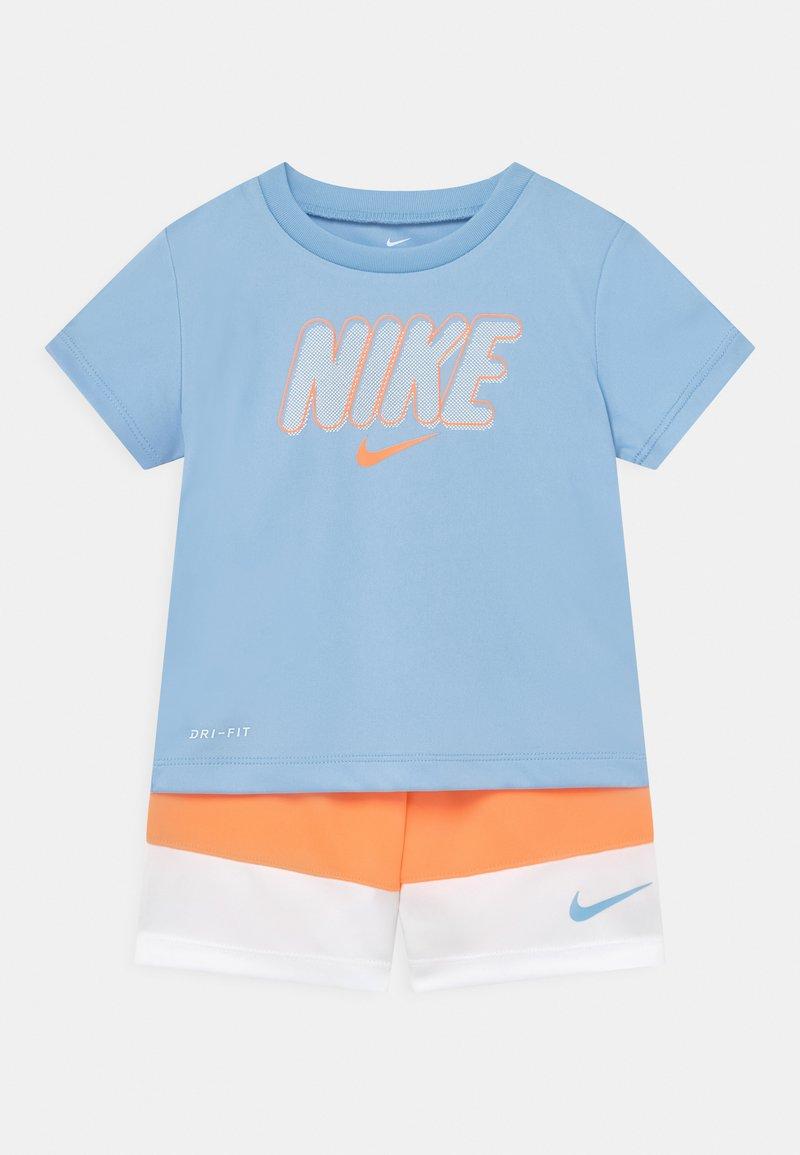 Nike Sportswear - BLOCKED SET - Print T-shirt - atomic orange