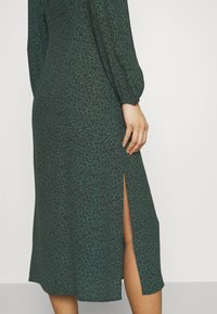 Mavi - PRINTED DRESS - Kjole - green - 4