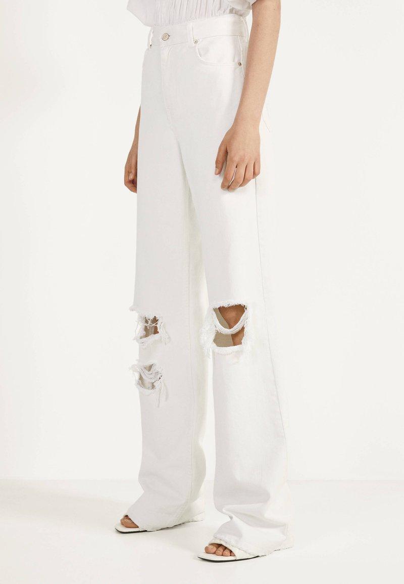 Bershka - MIT SCHLAGHOSE UND RISSEN - Jeans Relaxed Fit - white