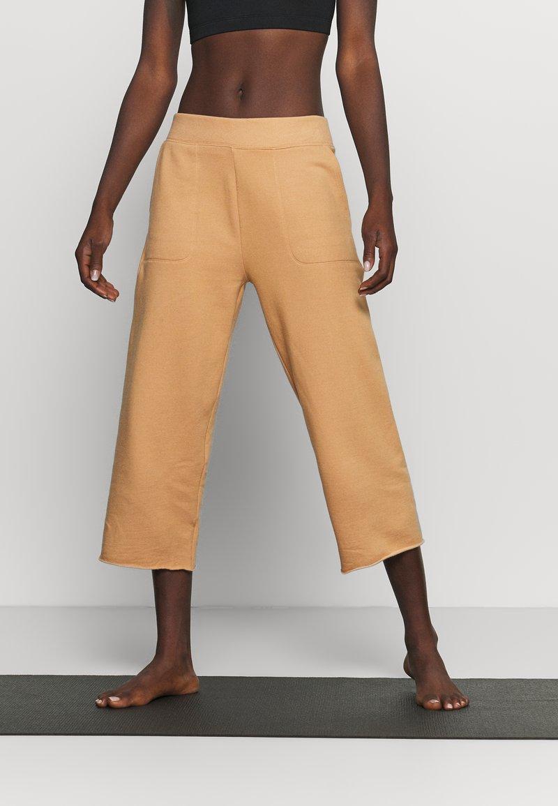 Nike Performance - OFF MAT CROP PANT - Tracksuit bottoms - praline/shimmer