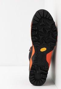 Salewa - MTN TRAINER MID GTX - Mountain shoes - asphalt/fluo orange - 4