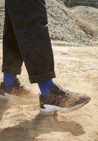 adidas Originals - EQT GAZELLE RUNNING-STYLE SHOES - Matalavartiset tennarit - core black/grey six/energie pink - 7