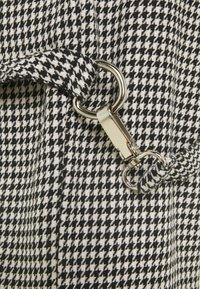 The Ragged Priest - HOUNDSTOOTH COMBATS STRAPPED POCKETS - Pantalones - black/white - 2