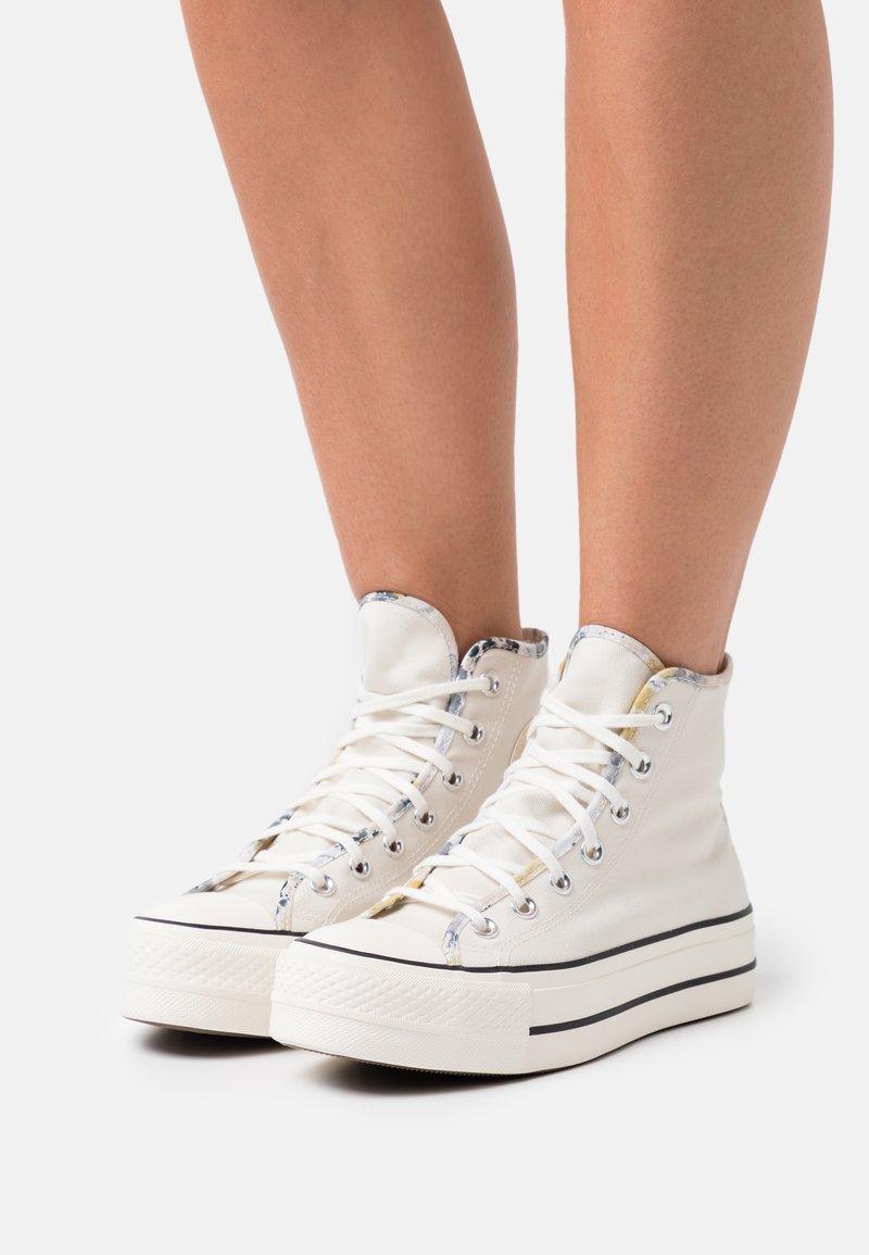 Converse - CHUCK TAYLOR ALL STAR SUMMER FEST PLATFORM - Zapatillas altas - egret/sesame/black