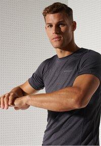 Superdry - ACTIVE - Sports shirt - black stripe - 1