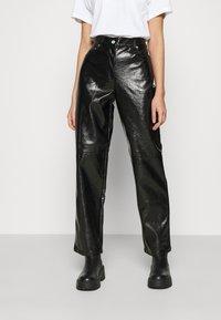 NA-KD - VINYL PANTS - Kalhoty - black - 0